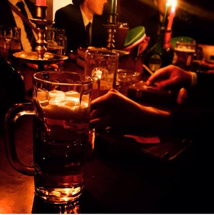 In der Studentenverbindung wird auf dem Haus in Würzburg bei Kerzenschein gefeiert.
