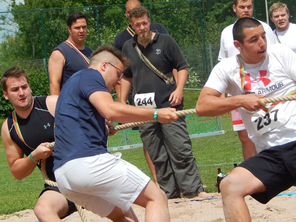 Die Studentenverbindung beweist sich bei Leichtathletik, in diesem Fall beim Tauziehen