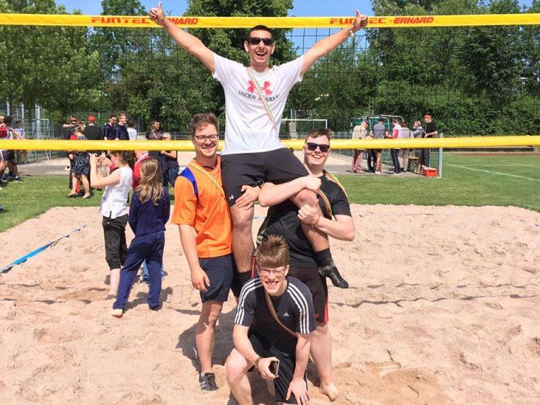 Die Bundesbrüder der Studentenverbindung jubeln nach dem Erfolg beim Turnier