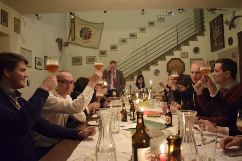 In der Studentenverbindung wird gemeinsam eine Bierprobe veranstaltet.