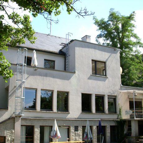 Das Verbindungshaus der Studentenverbindung Asciburgia von der Rückseite aus dem Garten.